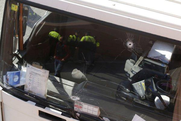 Detail čelného skla auta, na ktoré museli španielski policajti strieľať.