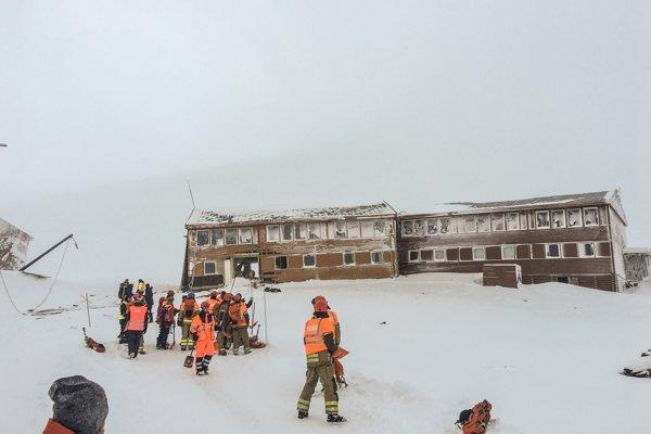 Lavína jednu z budov v osade Longyearbyen.