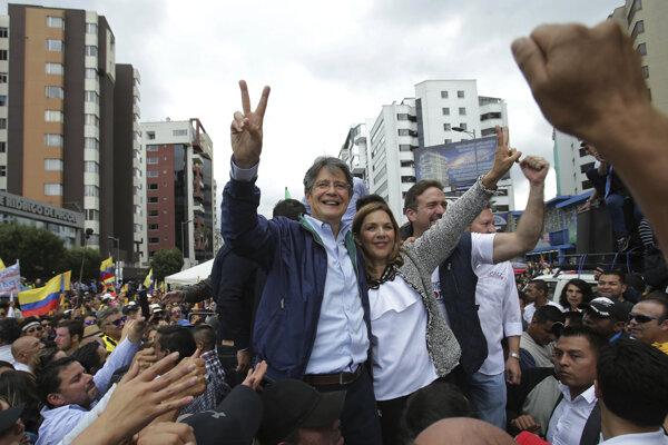 Opozičný kandidát Lasso s manželkou.