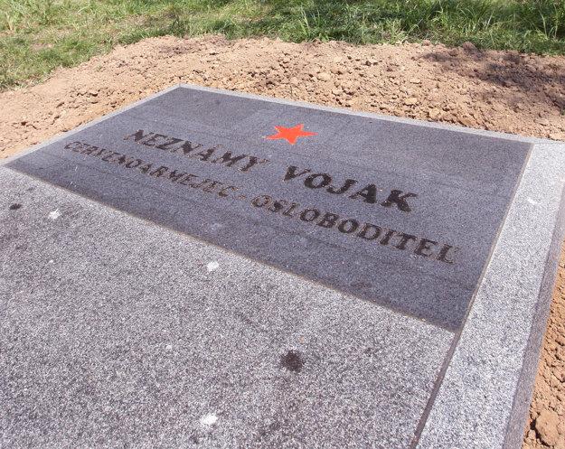 Červená hviezda  a nápis rozhorčili pamätníkov.