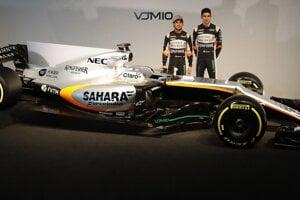 Sergio Perez (vľavo) a Esteban Ocon pred novým monopostom Force India.