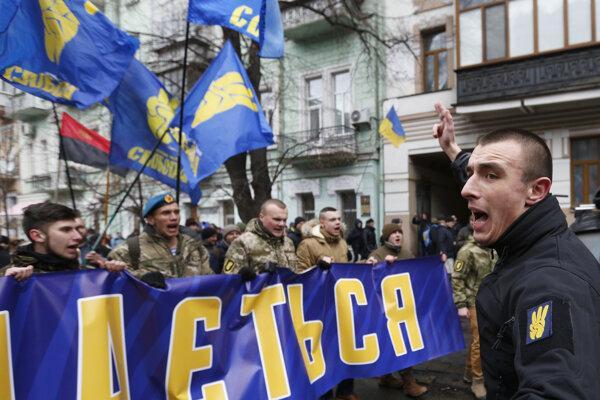 Členovia nacionalistických skupín počas zhromaždenia pri príležitosti 3. výročia vypuknutia protestov na Majdane 22. februára 2017 v Kyjeve.