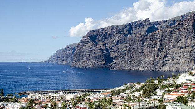 Tenerife je známe vysokými útesmi, ktoré sa striedajú s rajskými plážami.