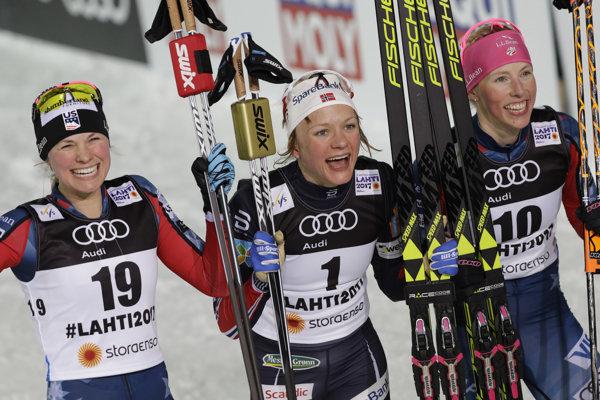 Maiken Caspersen Fallová (v strede) je novou majsterkou sveta v šprinte.