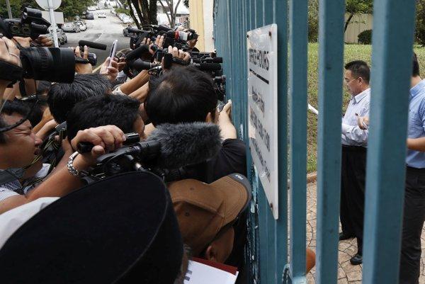 Severokórejský veľvyslanec číta malajským novinárom oficiálne vyhlásenie.