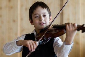 Teo Gertler. S rovnakou vášňou, ako hrá na husle, aj športuje.