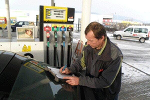 Váčšina vidičov podpisuje na čerpacích staniciach petíciu autodopravcov.