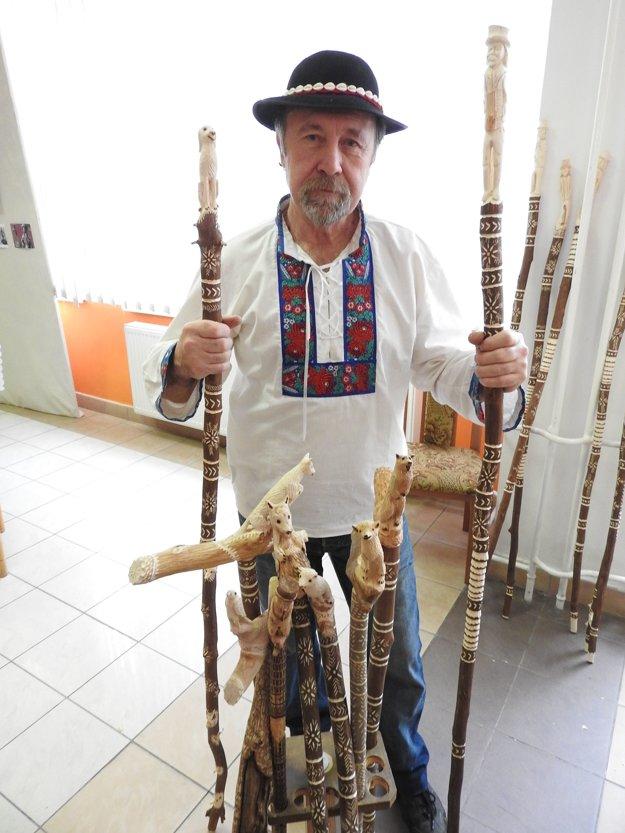 Na snímke rezbár Dušan Antolík zo Sniny.