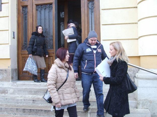 Rodičia Vanesky s právnou zástupkyňou Dianou Bereseckou odchádzajú z nitrianskeho súdu.