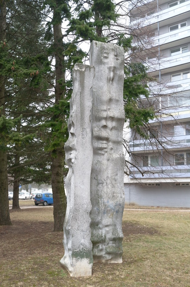 Vápencová plastika Stély od sochára Hovorku.