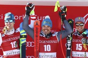 Nedeľňajšie preteky vyhral Talian Peter Fill (uprostred) s náskokom len desať stotín sekundy pred Rakúšanom Hannesom Reicheltom, tretí skončil Erik Guay z Kanady.