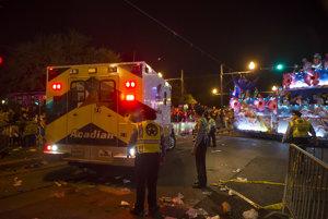Sanitka na mieste, kde 25-ročný Neilson Rizzuto vrazil do davu ľudí v New Orleans.