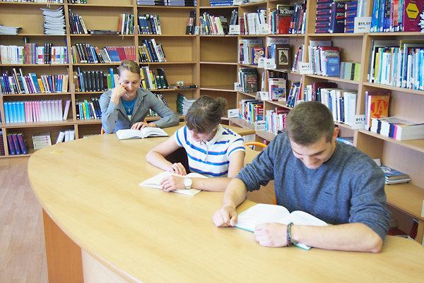 Gymnazisti v knižnici.