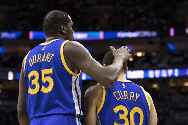 Kevin Durant utešuje Stephena Curryho.