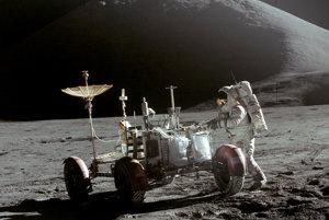 Misia Apollo 15 ako prvá priniesla na Mesiac lunárne vozidlo, ktoré mohli ovládať ľudia. Na zábere je astronaut Jim Irwin.