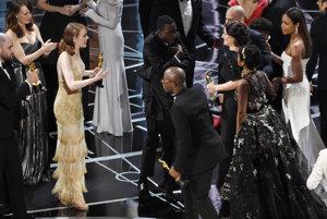 Tvorcovia filmu Moonlight si prichádzajú prevziať cenu za najlepší film.