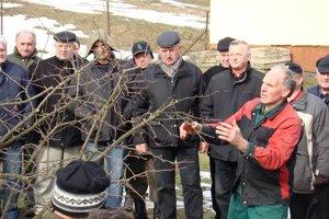 Kurz zimného orezávania stromov v Porúbke zaujal desiatky záujemcov.