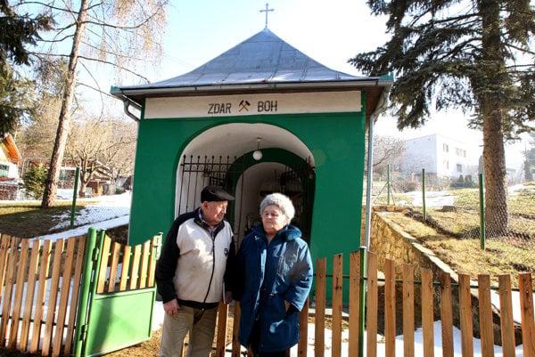 František a Terézia pred baníckou kaplnkou.