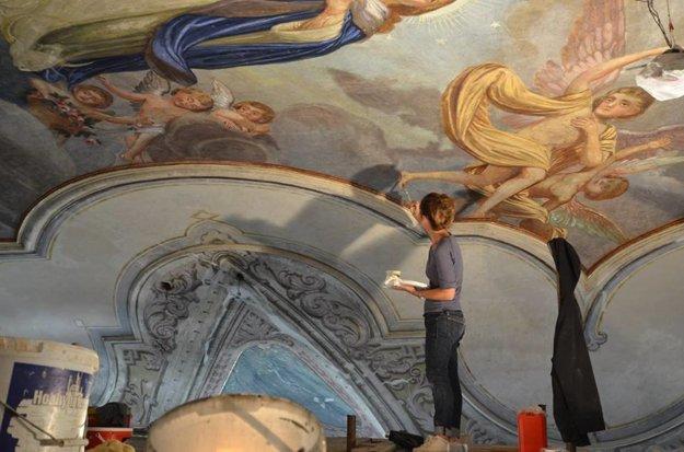Reštaurovanie fresiek vo svätyni kostola.