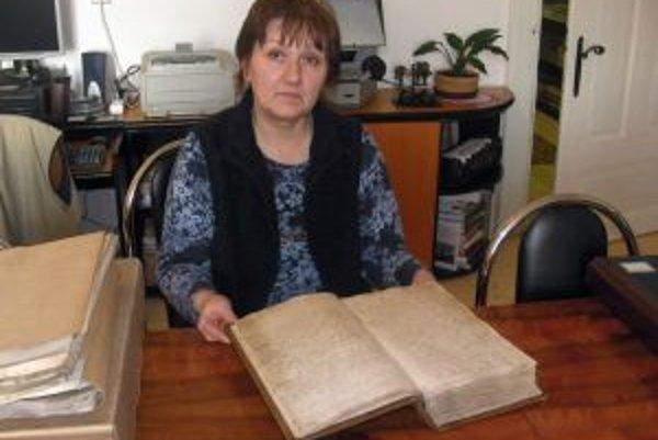 Historička a riaditeľka Štátneho archívu v Bytči Jana Kurucárová drží v rukách originál Jánošíkovho rozsudku.