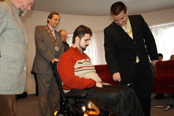 Marek dostal od členov 1. Lions Clubu Bratislava nový vozík.
