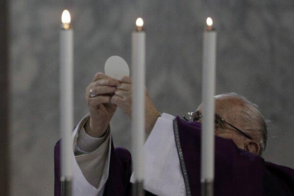 Pápež František počas liturgie Popolcovej stredy.