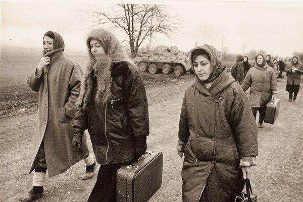 Irena Brežná sa vracia zo Sedmovodska, kde pôsobila ako vojnová reportérka.