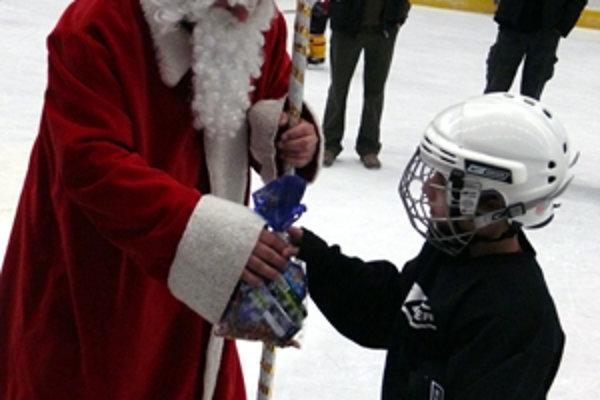 Mikuláš mal pre každého predprípravkára MŠHK prichystanú novú hokejku a sladkosti.