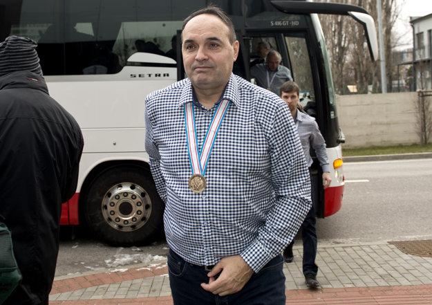 Tréner Ernest Bokroš s bronzovou medailou z majstrovstiev sveta hráčov do 20 rokov.