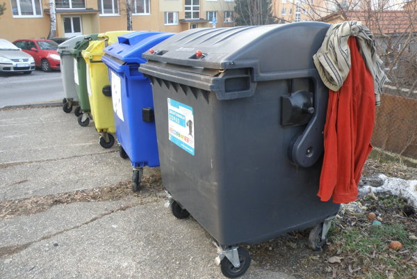 Šaty na kontajneroch. Vidieť ich v uliciach v Prievidze hlavne v zimných mesiacoch.