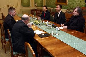 Fico so zástupcami protikorupčných mimovládok.