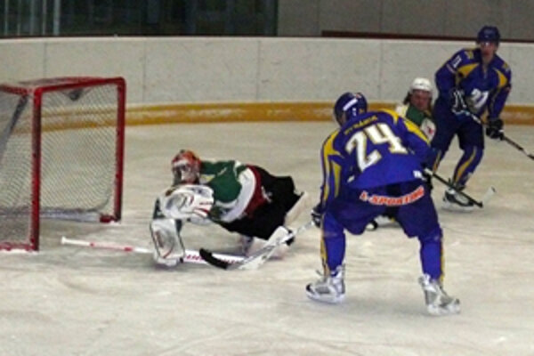 Extraligový gólman Kováč v prievidzskej bráne bravúrne zlikvidoval šancu Rybárika, no ani on nakoniec nezabránil vysokej prehre MŠHK.