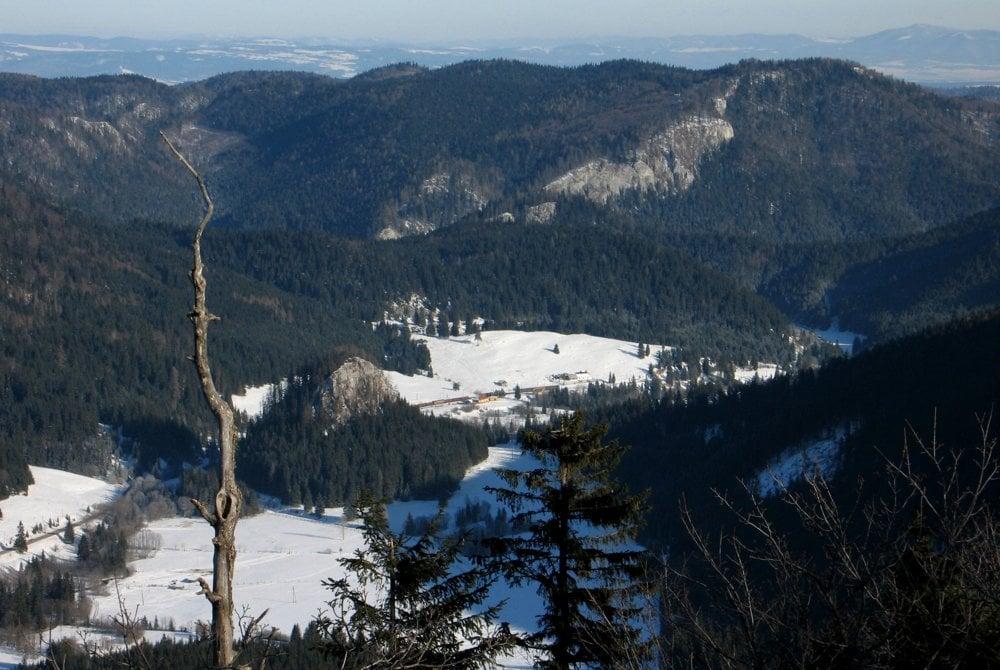Dolina Hnilca s výraznou Ostrou skalou a planiny Slovenského raja v Borovniaku.
