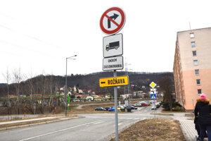 Pri teplárni. Autá môžu pokračovať v smere z Barce do centra mesta rovno cez Vyšné Opátske ku križovatke Prešovská – Sečovská a odtiaľ cez Palackého ulicu. Obchádzková trasa z Barce na Južnú triedu (do centra mesta), k Alejovej a Optime (Rožňava)  vedie po odbočení pri teplárni doprava na Baltickú a potom o pár desiatok metrov doľava cez podjazd na Teplárenskú.