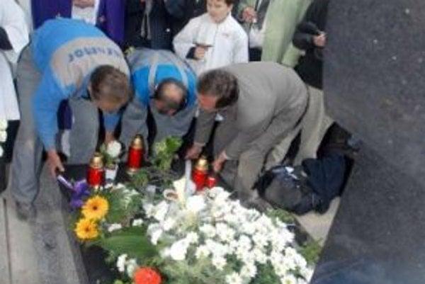 Hrob Jozefa Tisa na bratislavskom Martinskom cintoríne dostal v stredu 18. apríla 2007 novú podobu. Občianske združenie Andreja Hlinku s ďalšími priaznivcami odhalilo nový náhrobný pomník, ktorý zachováva rozmery hrobu, pri príležitosti 60. výročia Tisove