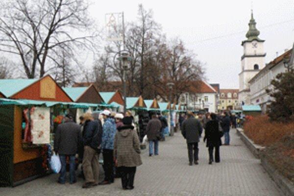 Na vianočných trhoch v centre Prievidze dominujú stánky s textilom.
