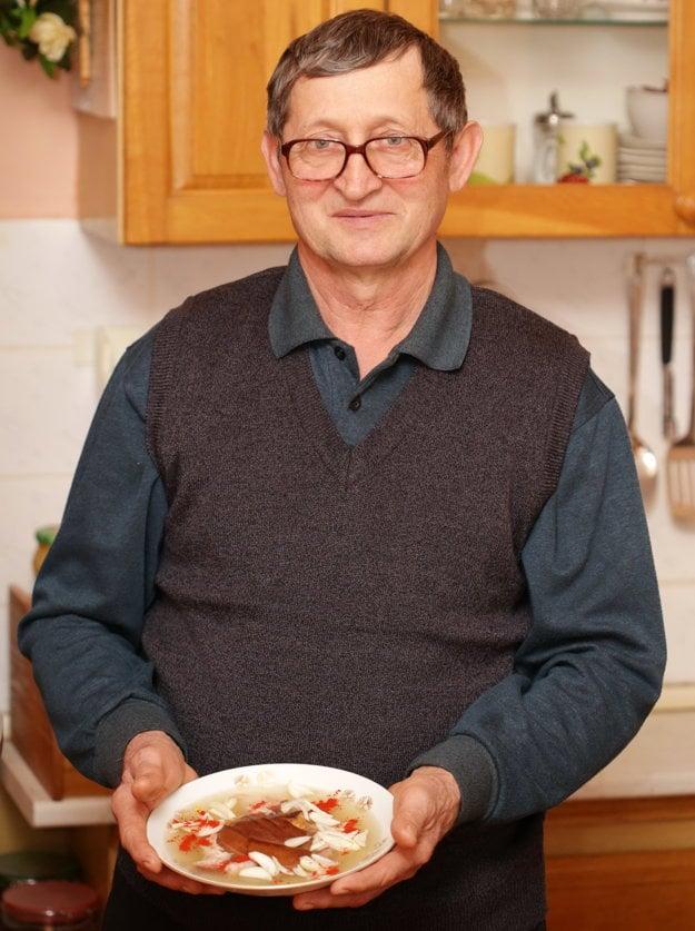 Ondrej Palica pripravoval tradičnú huspeninu.