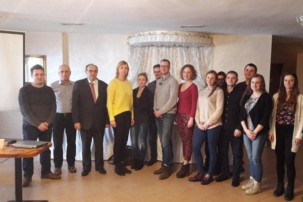MUDr. Pavol Adámek (druhý zľava) viedol prednášku o ochrane pred žiarením aj pracovníkom spoločnosti Petramed.