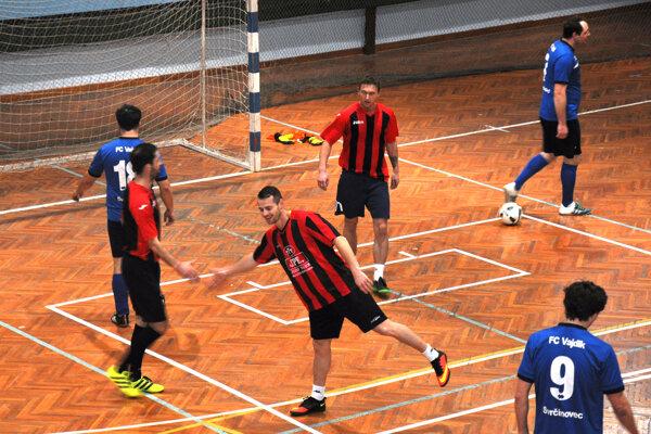 R. Planeta, J. Kubišta aP. Kormanec (v červeno-čiernych dresoch) strelili spolu deväť gólov do siete Svrčinovca.