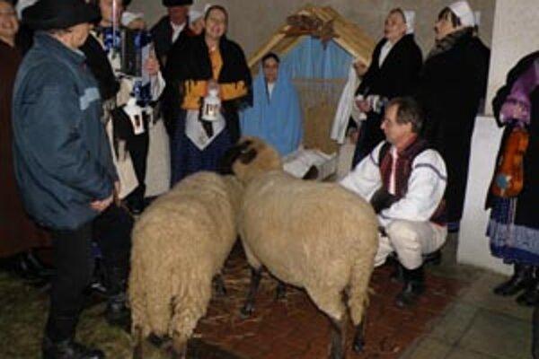 Živý betlehem pripravili v Lazanoch členovia folklórneho súboru Sielnica.