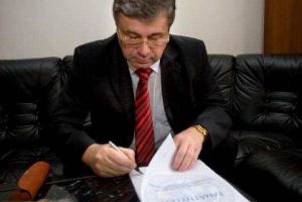 Minister školstva Ján Mikolajrozdal vysvedčenia žiakom Gymnázia Ul. Ladislava Sáru.