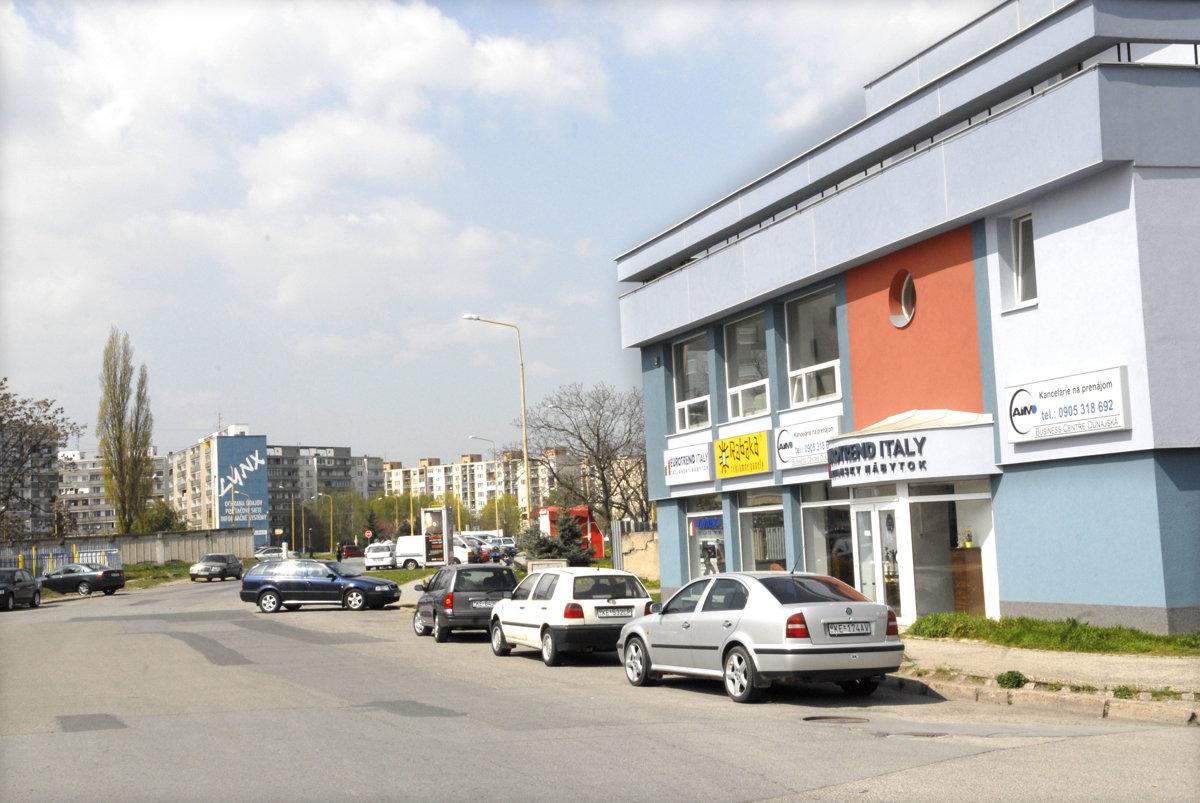 672428539 Dunajská ulica. Chodník je úplný len na jednej strane. Mesto radí, aby ľudia
