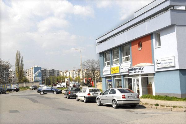 Dunajská ulica. Chodník je úplný len na jednej strane. Mesto radí, aby ľudia chodili opatrne. No mohlo by aj samo zabezpečiť domaľovanie priechodu pre chodcov.