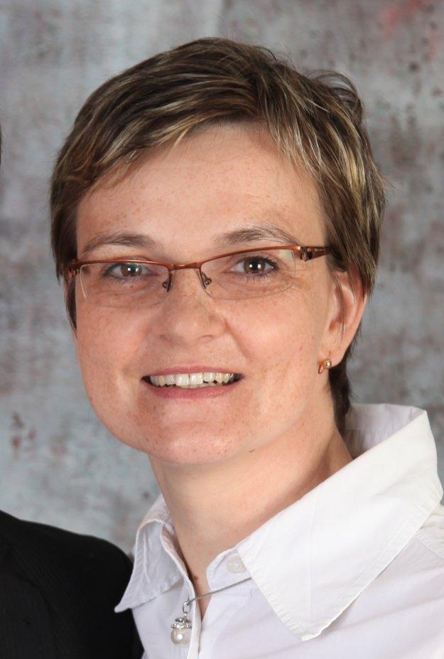 Viera Krajčovičová, Domáce vzdelávanie na Slovensku