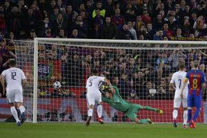 Brankár Paríža Saint Germain Kevin Trapp inkasuje gól z pokutového kopu Lionela Messiho.