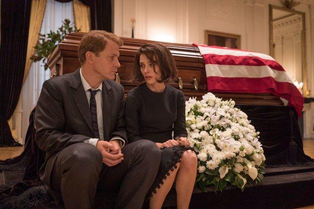 Natalie Portman ako Jackie a Peter Sarsgaard ako Bobby Kennedy.