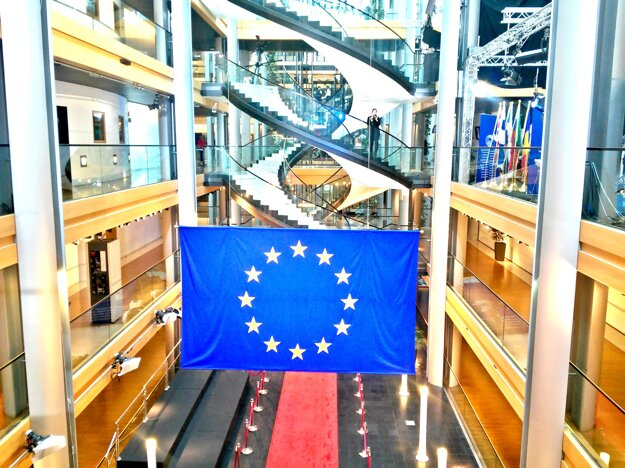Foyer s červeným kobercom. Miesto, kde sa turisti zvyčajne radi fotografujú. Je to VIP vstup pre oficiálne návštevy. Jeho súčasťou je aj súprava vlajok všetkých členských štátov Európskej únie.