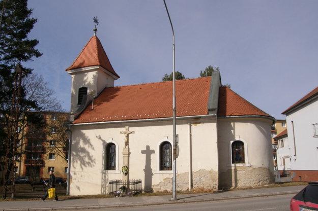 Párovský kostolík. Na fasáde vidieť, ako vlhne.
