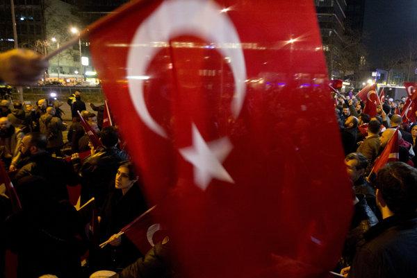 Protestujúci mávali pred konzulátom v Notterdame tureckými vlajkami.