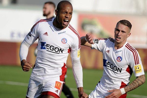 Hráči AS Trenčín Rangelo Janga a Desley Ubbink sa raduje z gólu.